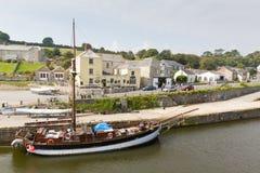 Lange schip en toeristen Charlestown St Austell Cornwall Engeland het UK in de zomer Stock Afbeeldingen