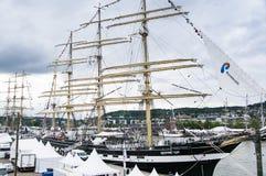 Lange schipparade in de Haven van Rouen tijdens ARMADA royalty-vrije stock foto