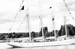 Lange schipparade op de Rivierzegen van Rouen tijdens zwart-witte ARMADA stock foto