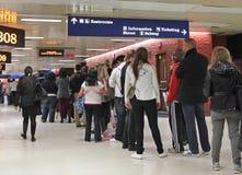 Lange Schlange am Busbahnhof Lizenzfreie Stockfotografie
