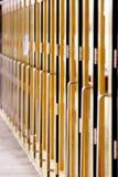 Lange Schlange der Türen (vertikal) Stockfotografie