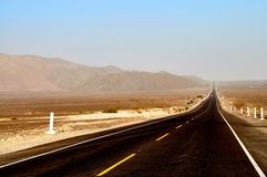 Lange schmutzige Straße in Peru Stockbilder