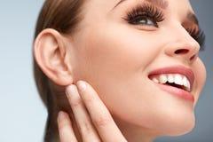 Lange schwarze Wimpern Frauen-Gesicht mit weicher Haut, Schönheits-Make-up lizenzfreie stockbilder