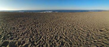 Lange Seeansicht über einen Wintermorgen stockfotografie