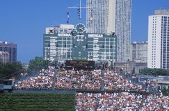 Lange Sicht der Anzeigetafel und der vollen Zuschauertribünen während eines Spiels des professionellen Baseballs, Wrigley fangen, Lizenzfreie Stockfotografie