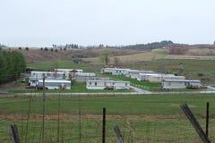 Lange Sicht einer Firma/der Fabrik im äußeren Bereich der Stadt stockfotografie