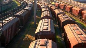 Lange spoorweggoederentreinen met veel wagens