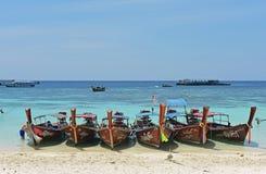 Lange staart houten boten op het strand Stock Fotografie