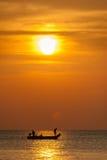 Lange staartboot en zonsondergang Phangnga Stock Foto's