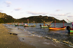 Lange staartboot langs een strand royalty-vrije stock fotografie