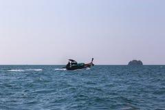 Lange staartboot met de mens Stock Afbeelding
