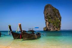Lange staartboot op het mooie strand en schoonheids de blauwe hemel, poda Royalty-vrije Stock Foto's