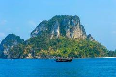 Lange staartboot op het overzees en de rots, Krabi, Thailand Stock Afbeeldingen