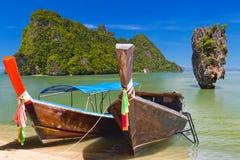Lange staartboten op de kust van Andaman-overzees Stock Foto's