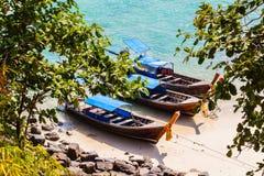 Lange staartboten op het strand Royalty-vrije Stock Afbeeldingen