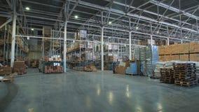 Lange stapelregeling van goederen in een depot van het in het groot en kleinhandelspakhuis stock footage
