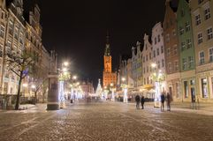 Lange Steeg in oude stad van Gdansk met Kerstmisdecoratie bij nacht Stock Afbeelding
