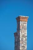 Lange steenschoorsteen tegen duidelijke diepe blauwe hemel 1 Stock Foto's