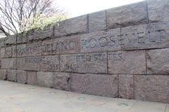 Lange Steinwand mit dem Wörter ` Franklin Delano Roosevelt, ` Teil seines Denkmals entlang dem Becken, Washington, DC, 2016 Stockfotos