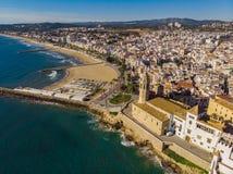 Lange strand en haven van sitges in Barcelona, met en oude stad en een kerk stock afbeeldingen