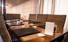 Lange Tabelle mit Restaurant-Menü ` s Stockfotos