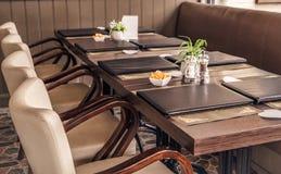 Lange Tabelle mit Restaurant-Menü ` s Lizenzfreies Stockfoto