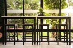 Lange Tabelle mit Stuhl für Kundendienst einer Kaffeestube Lizenzfreie Stockfotografie