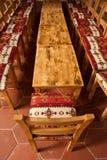 Lange Tabelle vieler Stühle Lizenzfreie Stockbilder