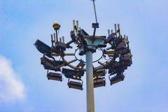 Lange toren met bliksemafleider en veelvoudig radionetwerk s stock foto's