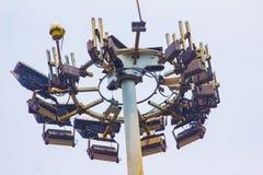 Lange toren met bliksemafleider en veelvoudig radionetwerk s stock afbeeldingen