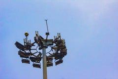 Lange toren met bliksemafleider en veelvoudig radionetwerk s stock foto