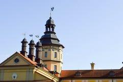 Lange torenspitsen en torens, het dak van een oud, oud middeleeuws barok kasteel, een renaissance, Gotisch in het centrum van Eur stock fotografie