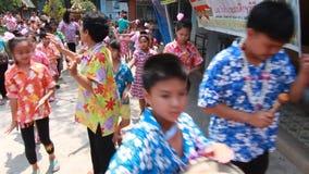 Lange Trommel-Parade, wenn Songkran gefeiert wird stock video