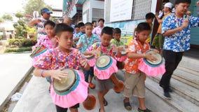 Lange Trommel-Parade, wenn Songkran gefeiert wird stock footage