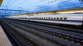 Lange Ultrasnelle trein bij Station Royalty-vrije Stock Foto's
