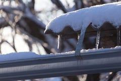 Lange und gefährliche Eiszapfen auf einem Hausdach stockfoto
