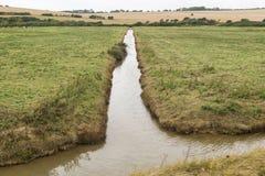 Lange und schmale Zuleitung errichtet, um Wasser im Bauernhof zu tragen Stockfotografie