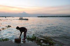 De wasserij van de avond bij Mekong rivier Stock Afbeeldingen