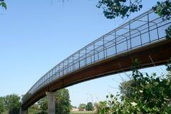 Lange voetgangersbrug stock foto