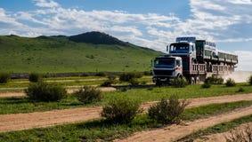 Lange vrachtwagen op de grintweg Stock Afbeeldingen
