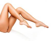 Lange Vrouwenbenen die op wit worden geïsoleerd. Epilation Royalty-vrije Stock Fotografie