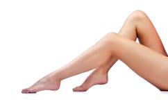 Lange vrouwenbenen op wit Stock Afbeelding
