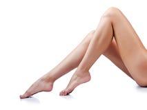Lange vrouwenbenen op wit Royalty-vrije Stock Foto