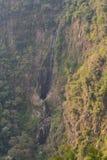 Lange waterval in het bos Royalty-vrije Stock Foto's