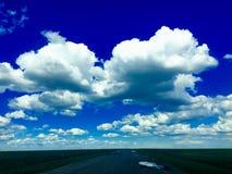 Lange weg in de steppe met wolk in de hemel stock afbeelding