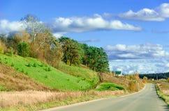 Lange weg langs de heuvels - de herfstlandschap. Royalty-vrije Stock Afbeeldingen