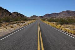 Lange weg voor het Nationale Park van de Vallei van de Dood Stock Afbeelding
