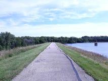 Lange weg vooruit Een eeuwigdurende wandelingsweg royalty-vrije stock afbeelding