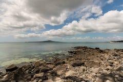 Lange weiße Wolken über Rangitoto-Insel Lizenzfreie Stockfotografie