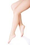 Lange weibliche Beine des schönen Sitzes Lizenzfreie Stockbilder